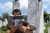 Aliya İzzetbegoviç'in mezarı ve 'Tarihe Tanıklığım' isimli kitabı / Saraybosna / Bosna-Hersek